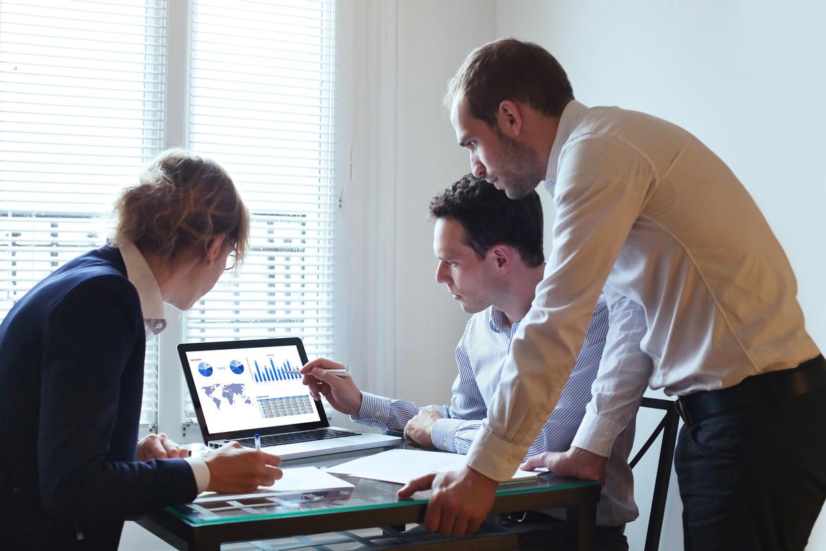 Professionisti che analizzano dati